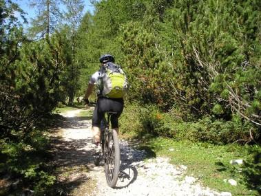 un-homme-en-vélo-de-montagne-images-photos-gratuites1-1560x1170